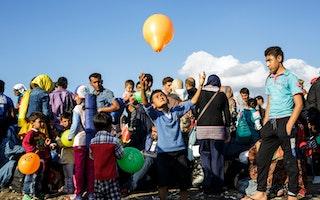 Gyermek léggömbbel játszik a tömegben
